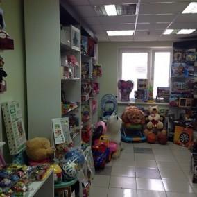 Магазин детской одежды и игрушек в густонаселенном районе